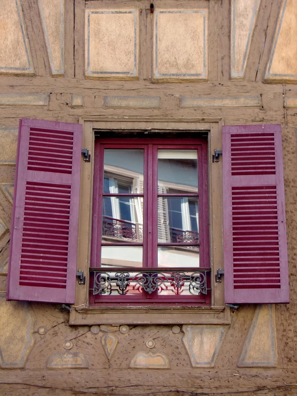 Ein offenes Fenster ermöglicht Blick auf Rollen, Team- und Fallarbeit